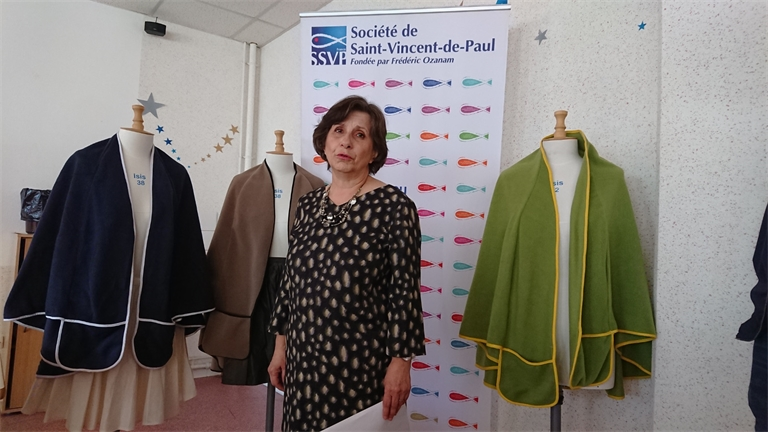 Création d'un vêtement adapté aux personnes âgées hospitalisées: la cape-plaid
